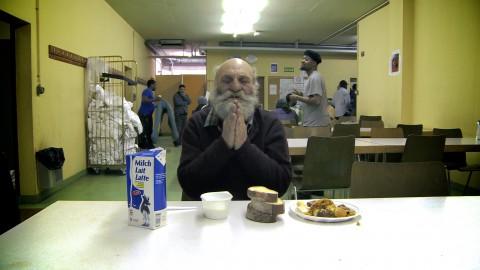Le mendiant rom Dimitri bénit son repas.